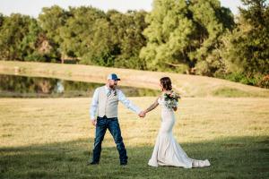 Outdoor-Bride-groom-by-pond